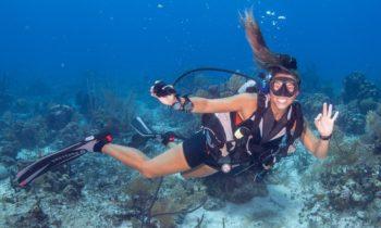 Дайверы под водой