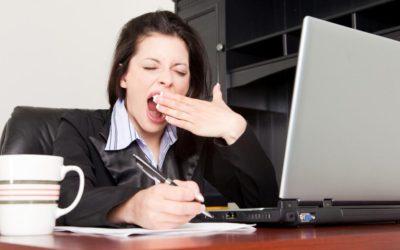 офисный сотрудник зевает